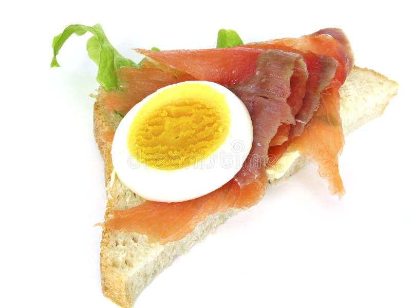 Sandwich Avec L Oeuf Et Les Saumons Photos stock