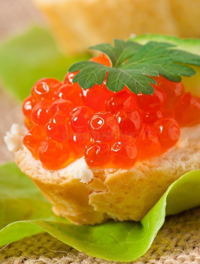 Sandwich avec le caviar rouge photographie stock