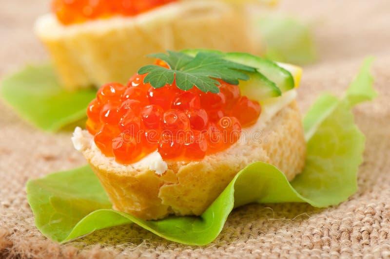 Sandwich avec le caviar rouge photo stock