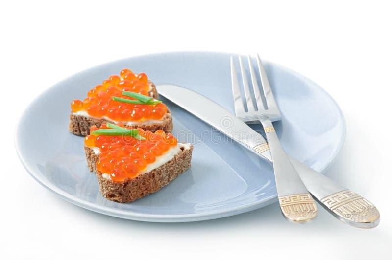Sandwich avec le caviar rouge images stock