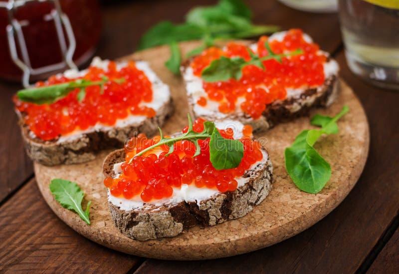 Sandwich avec le caviar rouge photographie stock libre de droits