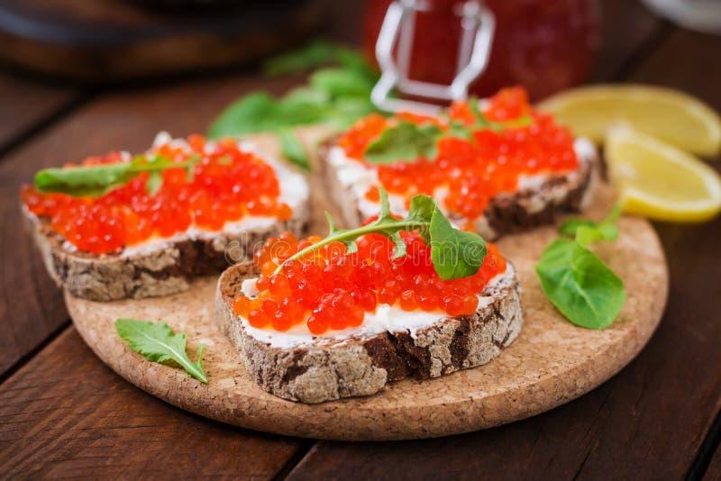 Sandwich avec le caviar rouge image stock