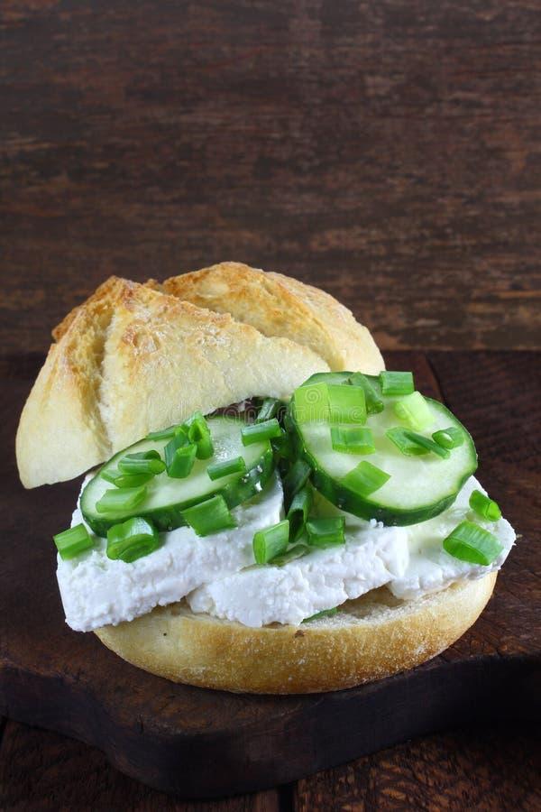 Sandwich avec le fromage blanc et le concombre images stock