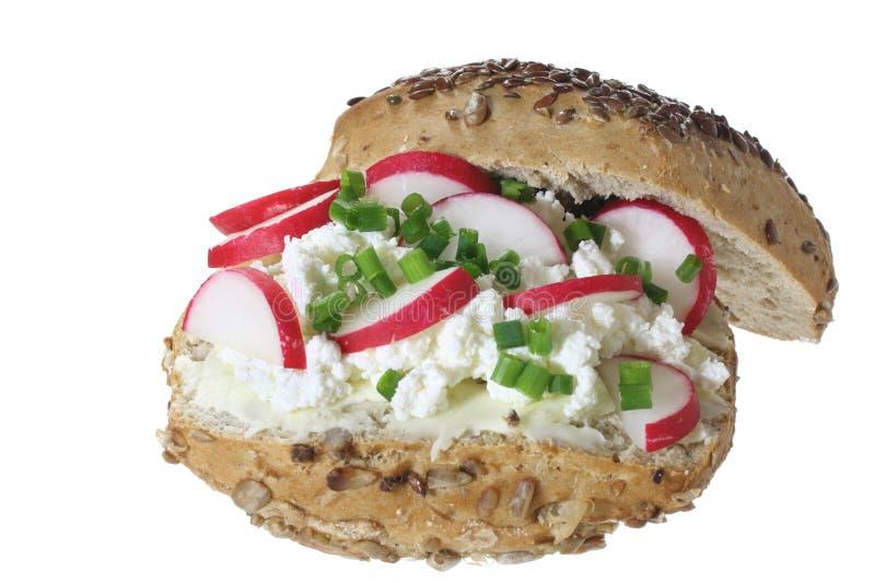 Sandwich avec le fromage blanc et le radis photos libres de droits