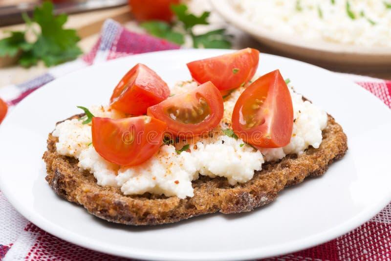 Sandwich avec le fromage blanc, le poivre et la tomate-cerise faits maison image libre de droits