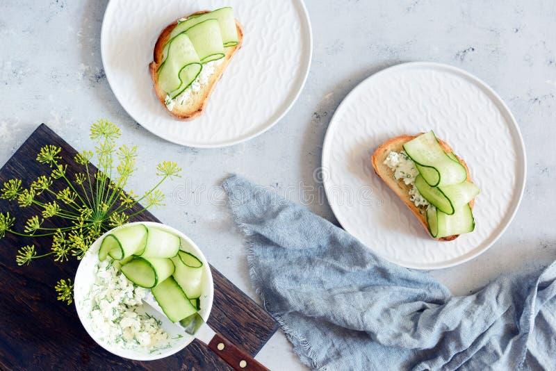 Sandwich avec le fromage fondu et le concombre frais Plan rapproché Sandwich végétarien à forme physique avec le fromage blanc, l images stock