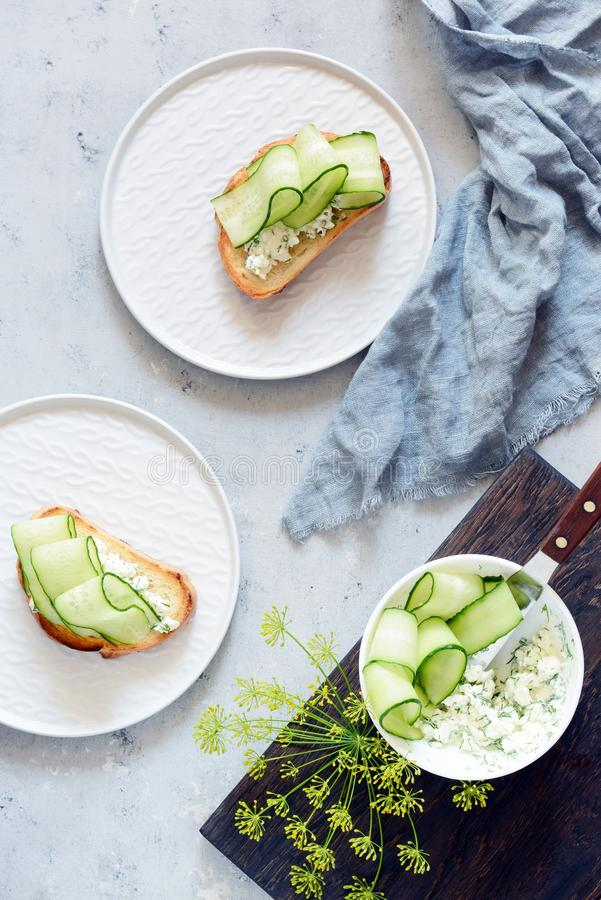 Sandwich avec le fromage fondu et le concombre frais Plan rapproché Sandwich végétarien à forme physique avec le fromage blanc, l photo libre de droits