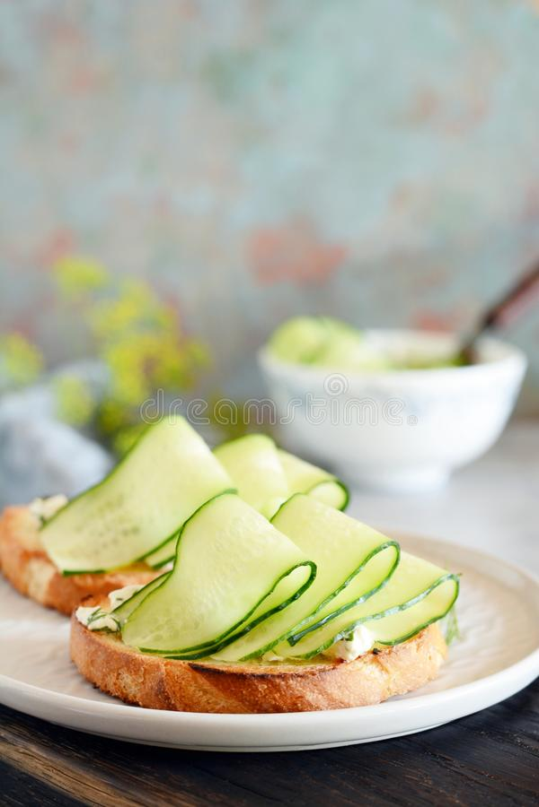 Sandwich avec le fromage fondu et le concombre frais Plan rapproché Sandwich végétarien à forme physique avec le fromage blanc, l photographie stock