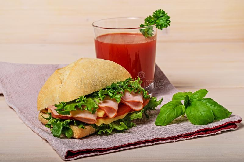 Sandwich avec le jus de tomates photo libre de droits