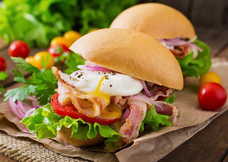 Sandwich avec le lard et l'oeuf poché image libre de droits