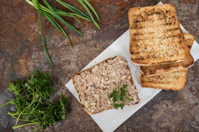 Sandwich avec le pâté de poissons Vieux fond Vue supérieure Plan rapproché photos libres de droits