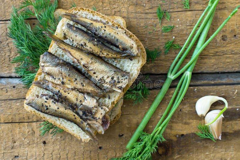 Sandwich avec le petit déjeuner rustique de sardines images stock