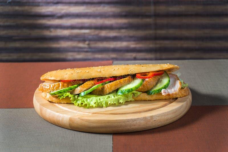 Sandwich avec le poulet et les légumes frais image libre de droits