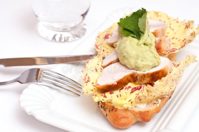 Sandwich avec le poulet, l'avocat et la salade images stock