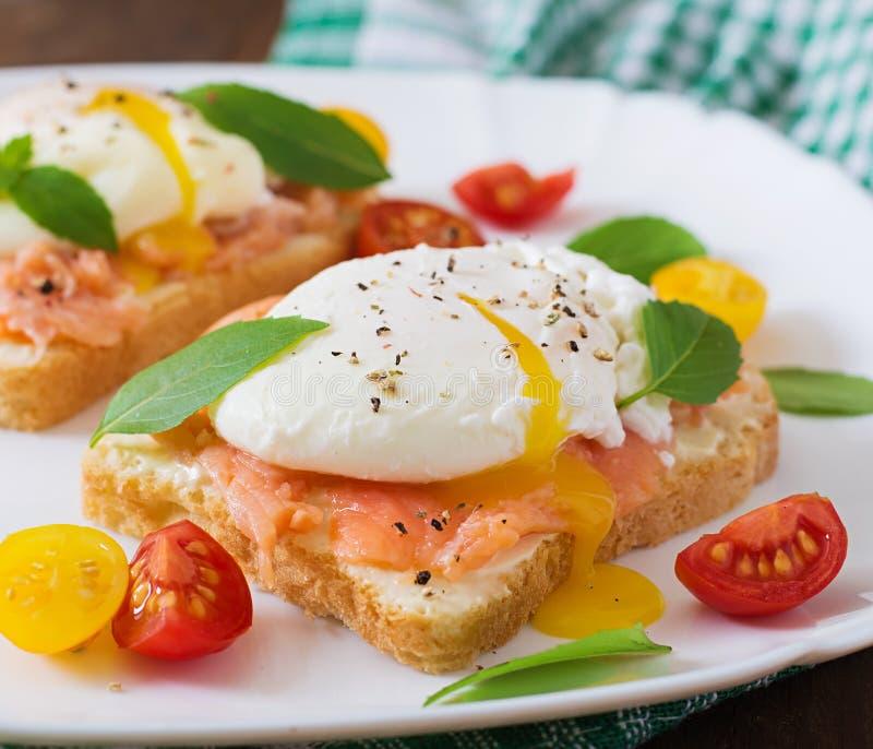 Sandwich avec les oeufs pochés avec des saumons images stock