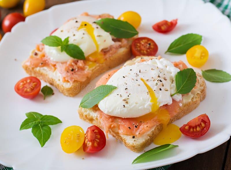 Sandwich avec les oeufs pochés avec des saumons photo libre de droits