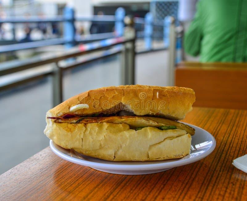 Sandwich avec les poissons et les l?gumes frits images libres de droits