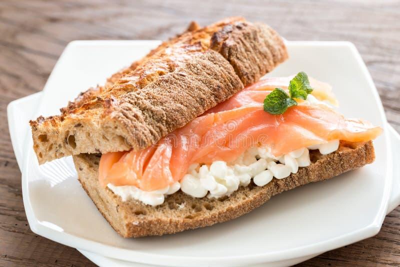 Sandwich avec les saumons et le fromage images stock