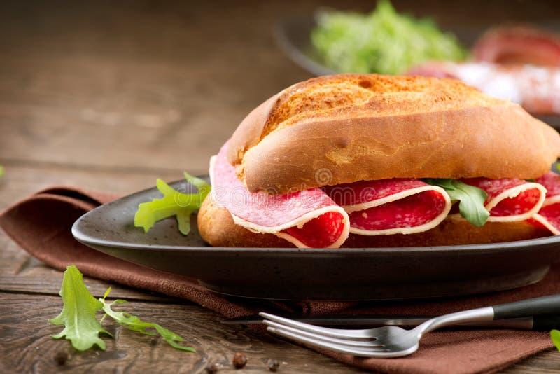 Sandwich con salame immagini stock libere da diritti
