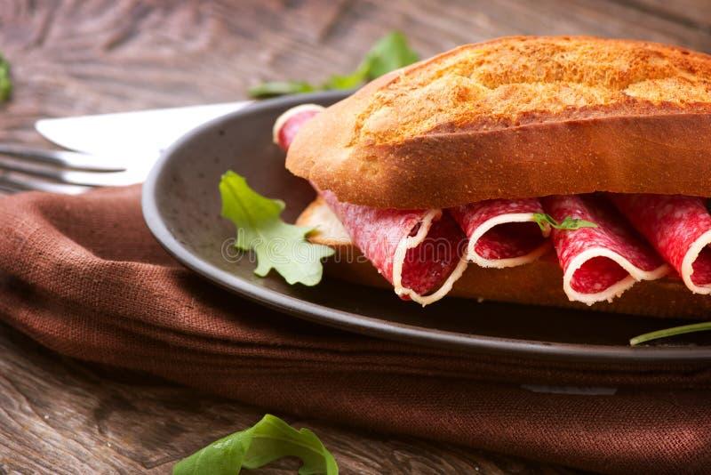 Sandwich con salame fotografie stock libere da diritti