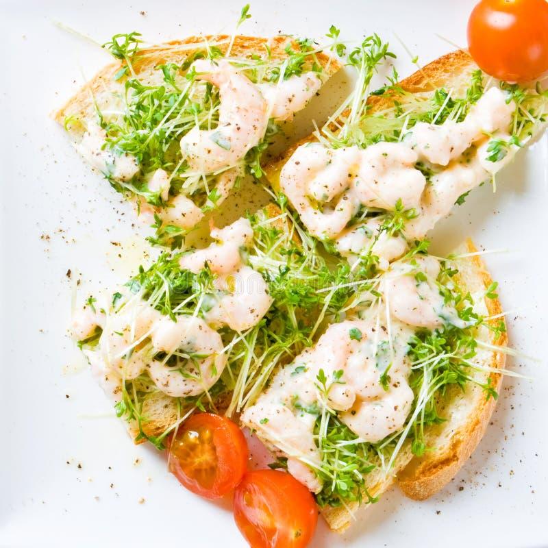 Sandwich coupé en tranches à crevette rose et à cresson image libre de droits