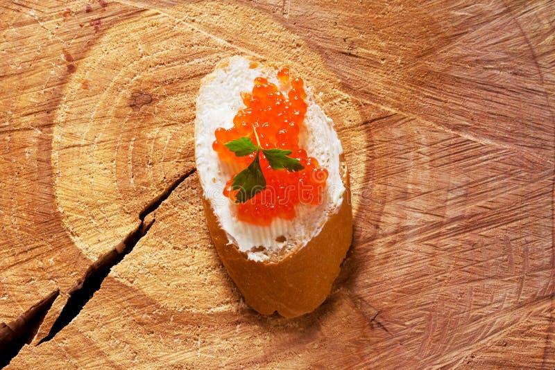 Sandwich délicieux avec le caviar rouge saumoné image libre de droits