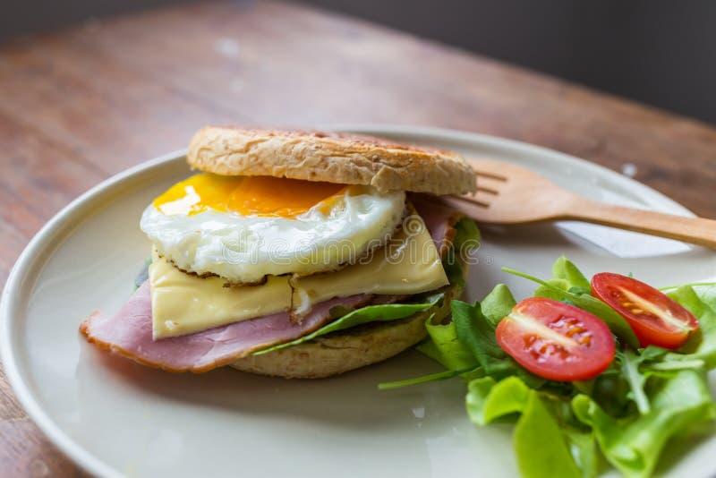 Sandwich dans le plat blanc photos stock