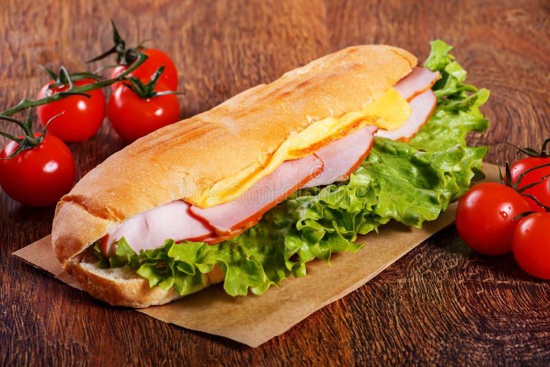 Sandwich de baguette fraîche sur le fond en bois images libres de droits