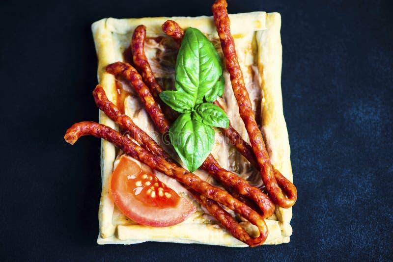 Sandwich de la pâte feuilletée avec des saucisses image stock