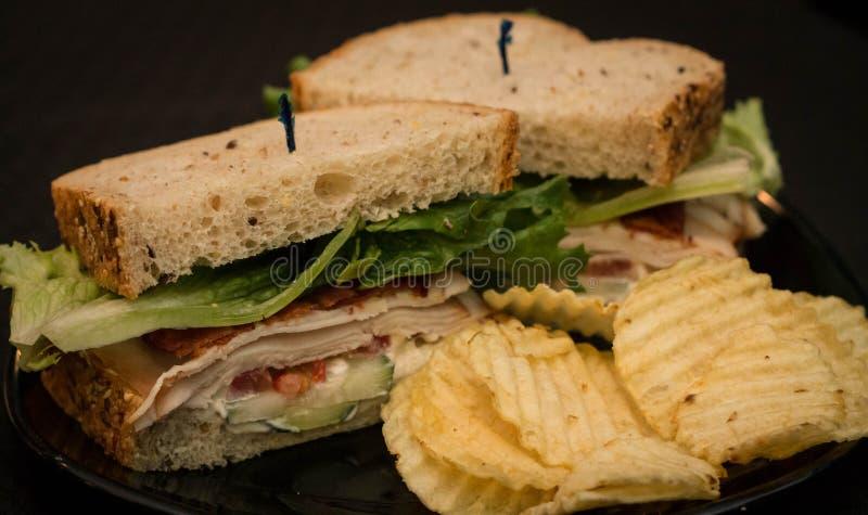 Sandwich de la Turquie et au lard avec des puces d'ondulation photographie stock libre de droits