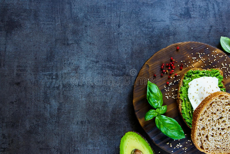 Sandwich der Avocado und des poschierten Eies lizenzfreies stockfoto
