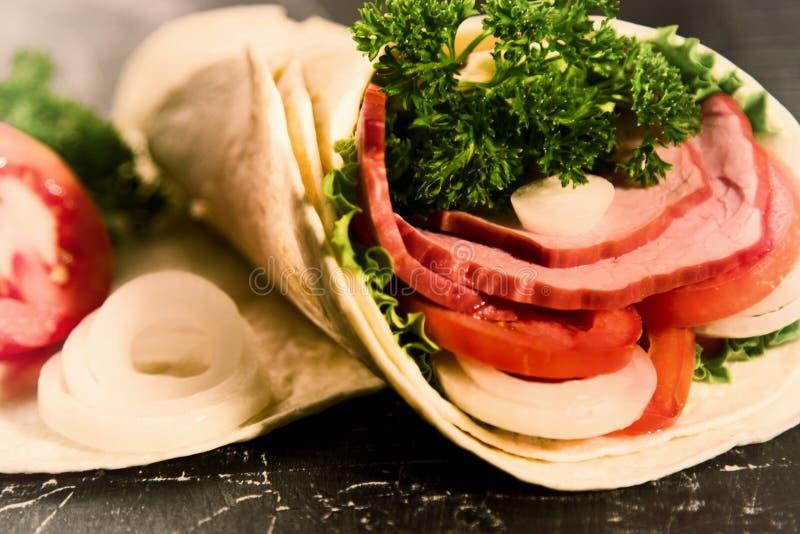 Sandwich des verts de légumes frais de laitue et de la viande fumée image libre de droits