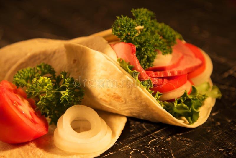 Sandwich des verts de légumes frais de laitue et de la viande fumée photographie stock libre de droits