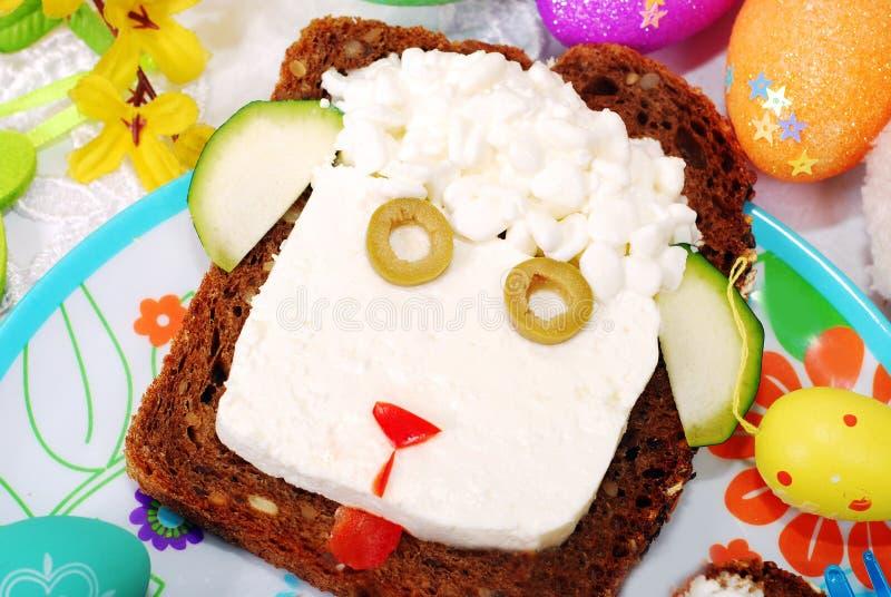 Sandwich di Pasqua con la testa delle pecore per il bambino fotografia stock libera da diritti