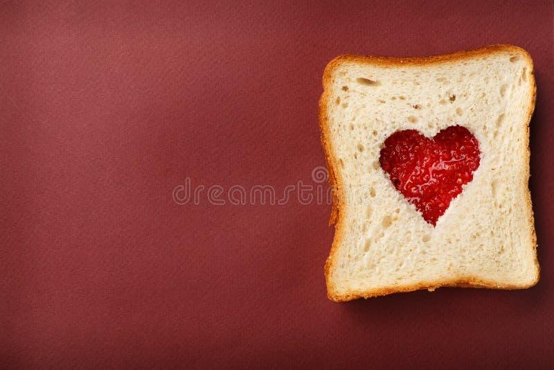Sandwich du pain blanc avec une coupe sous forme de coeur photo libre de droits