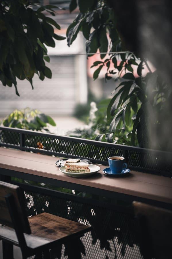 Sandwich en hete koffie op houten bar stock afbeeldingen