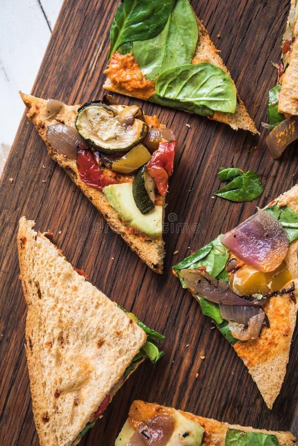 Sandwich entier à pain de grain avec des légumes photo stock