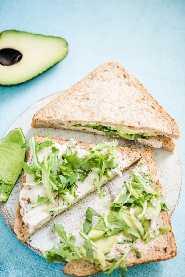 Sandwich entier à pain de poulet et d'avocat image libre de droits