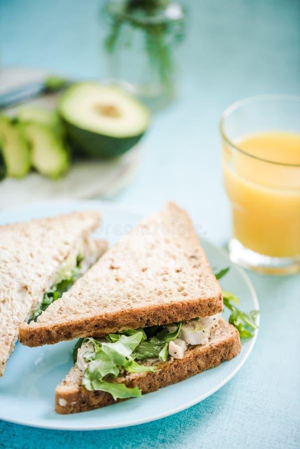 Sandwich entier à pain de poulet et d'avocat photos stock