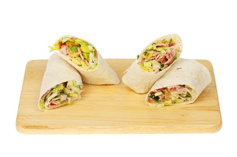Sandwich enveloppé sur une planche image libre de droits