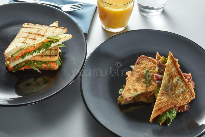 Sandwich et pain grillé à gril pour le petit déjeuner images libres de droits