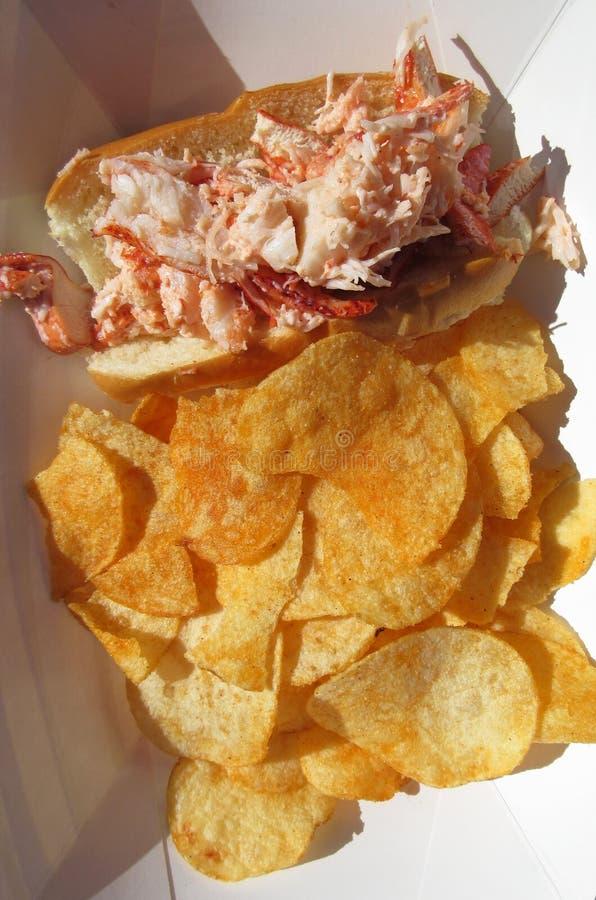 Sandwich et pommes chips à petit pain de homard image stock