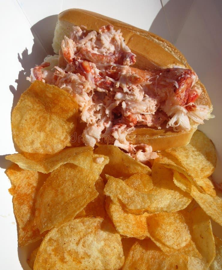 Sandwich et pommes chips à petit pain de homard de tentation photographie stock libre de droits