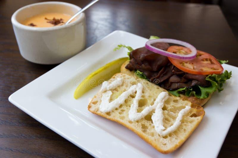 Sandwich et potage à boeuf de rôti images stock