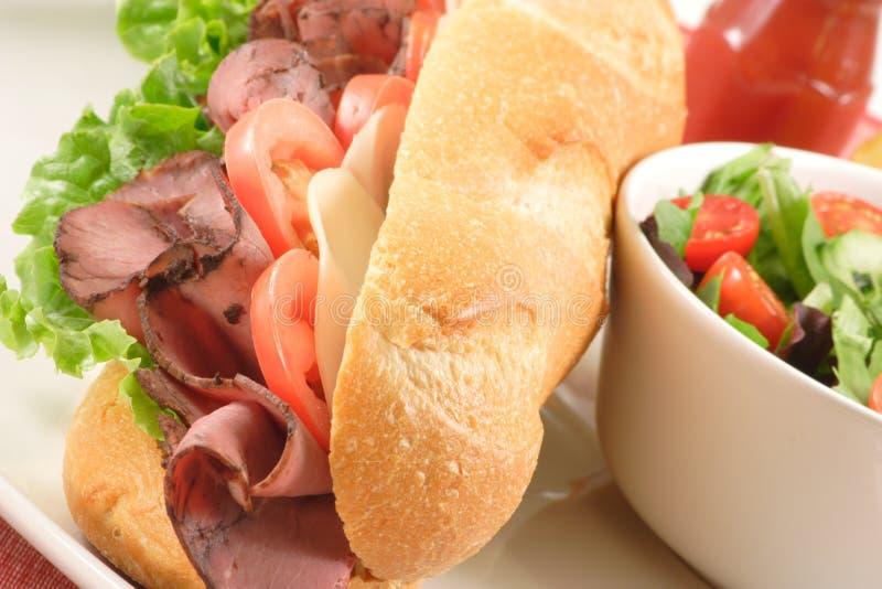 Sandwich et salade grands à boeuf de rôti image libre de droits