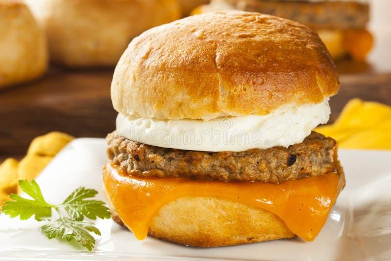 Sandwich fait maison à oeufs avec la saucisse et le fromage photos stock