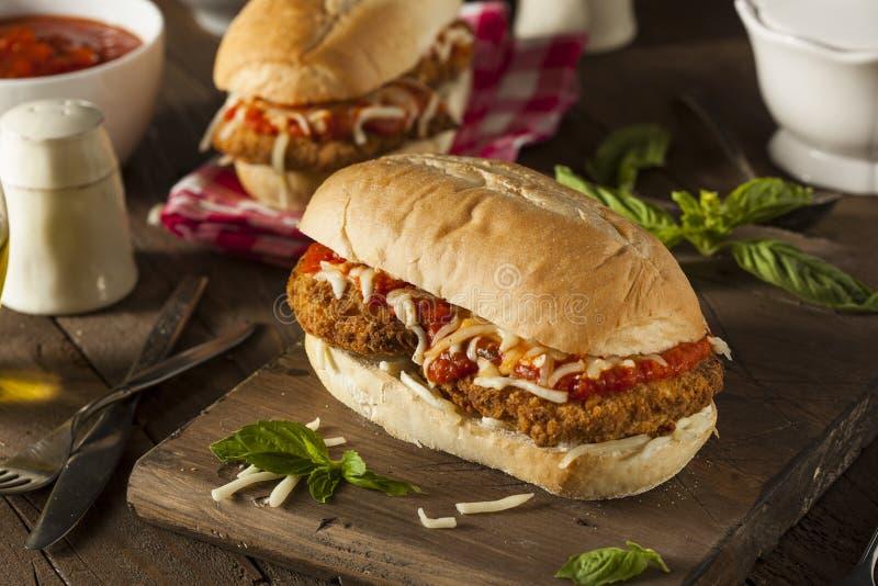 Sandwich fait maison chaleureux à parmesan de poulet photos libres de droits