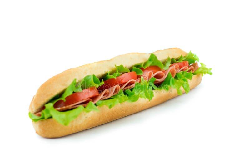 Sandwich frais à baguette avec les légumes et le salami image libre de droits