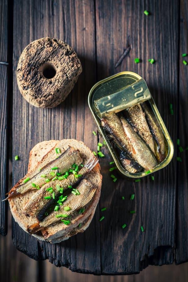 Sandwich frais avec les sardines, le pain entier et la ciboulette photo stock