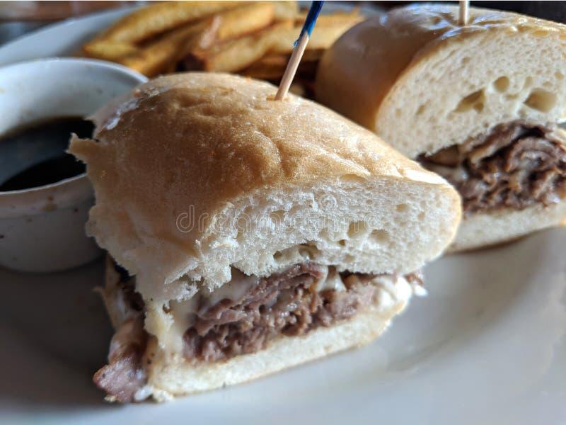 Sandwich français à immersion avec des pommes frites photographie stock libre de droits